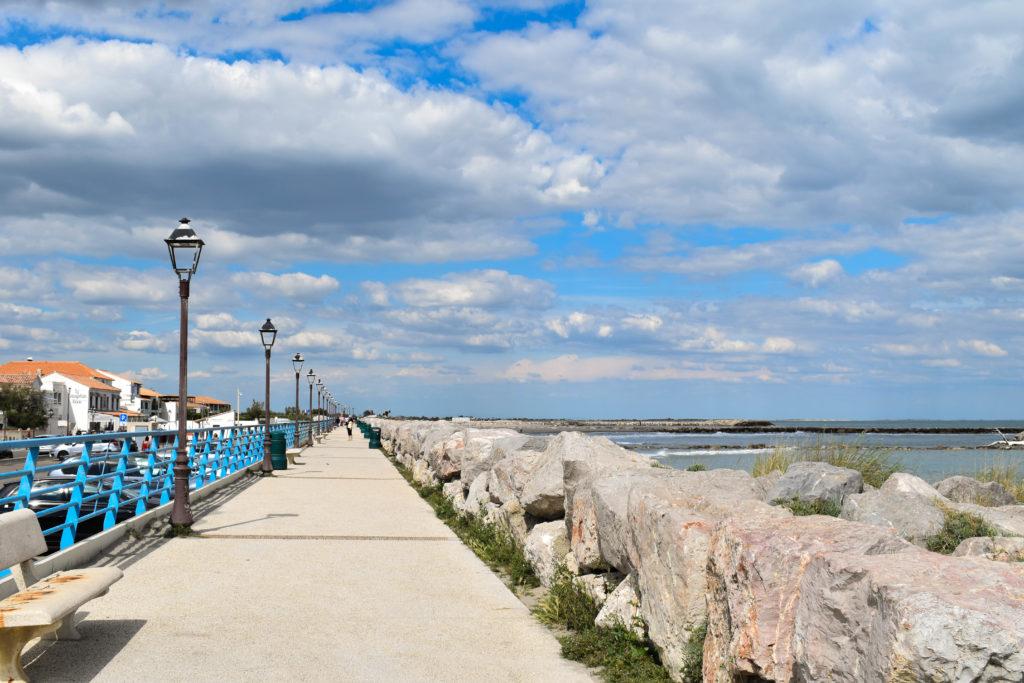 La promenade de la digue à la mer longée de lampadaires