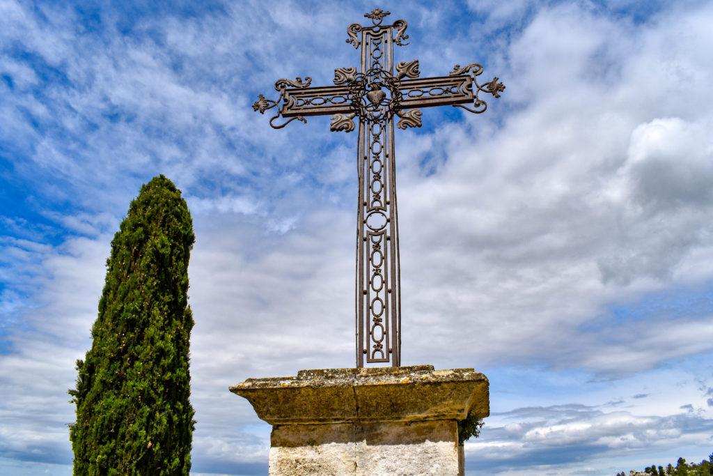 croix d'église avec un beau ciel bleu en arrière plan