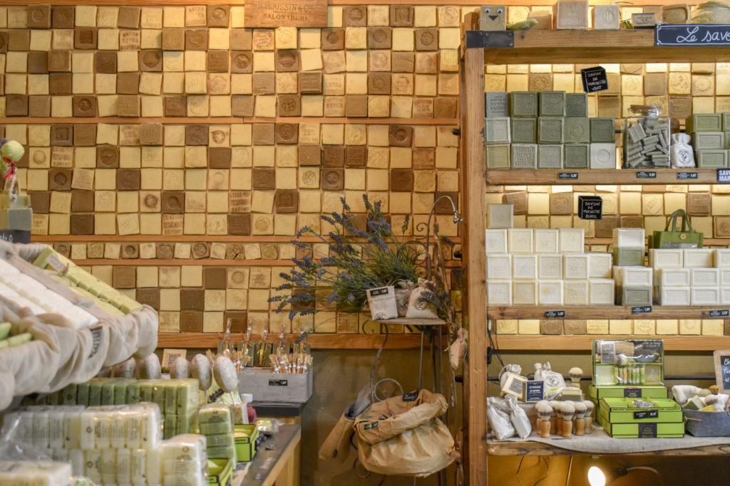 mur et étagères remplis de savons de marseille