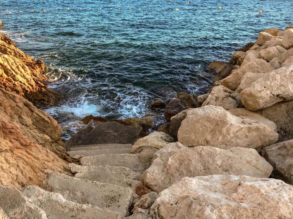 escaliers descendant dans la mer un peu agitée