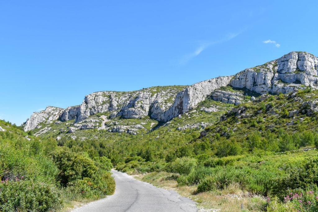 Route longeant les falaises de la calanque du sormiou