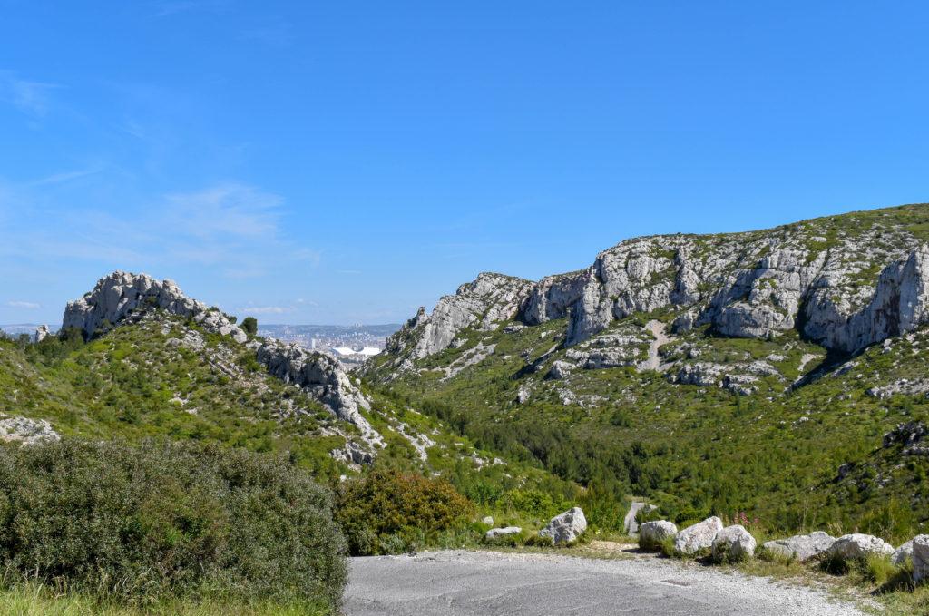 Les falaises rocailleuses par beau temps