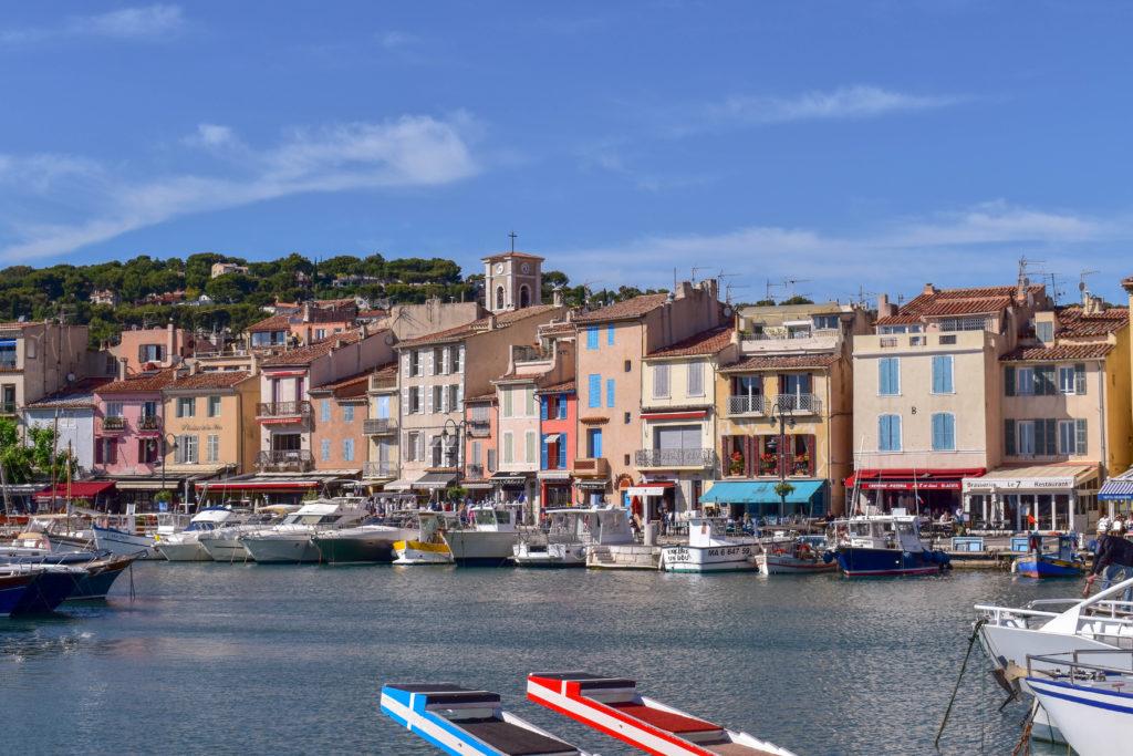 façades colorées des maisons de cassis et son port de plaisance
