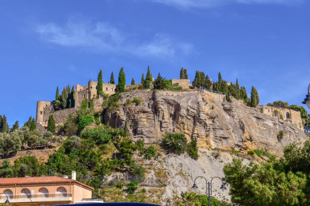 château en pierre sur un piton rocheux