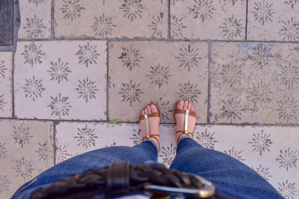 pieds vu d'en haut sur les pavés de ville