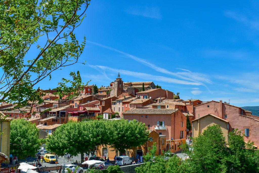 village de roussillon sous le ciel bleu