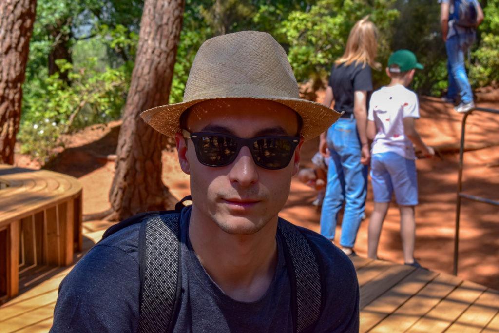Garçon avec lunettes et chapeau panama
