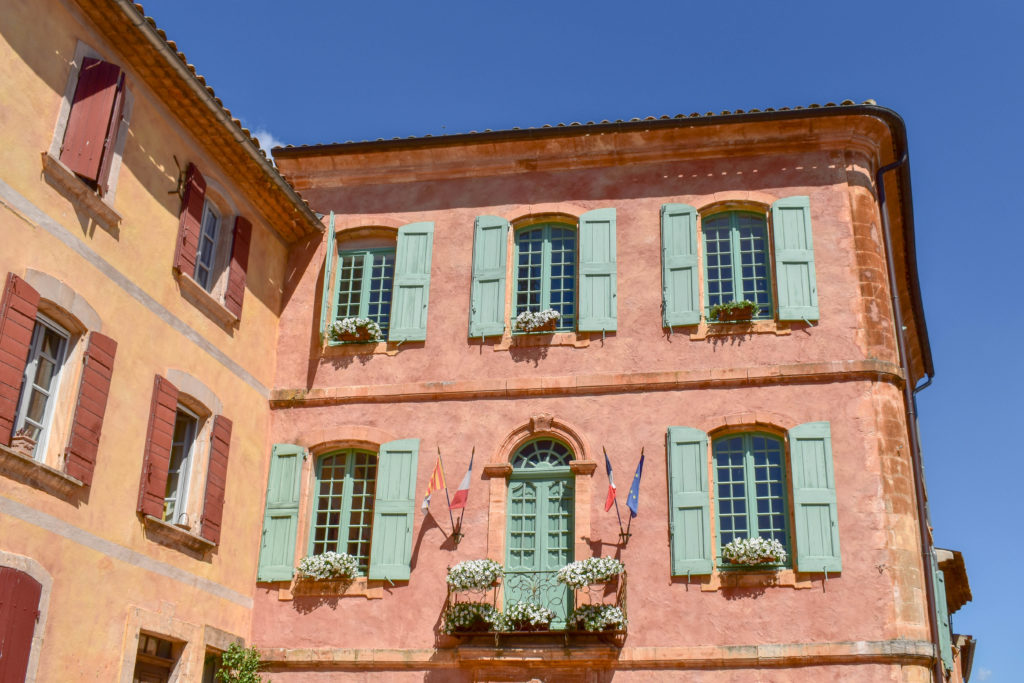 La façade de la mairie de la ville de Roussillon