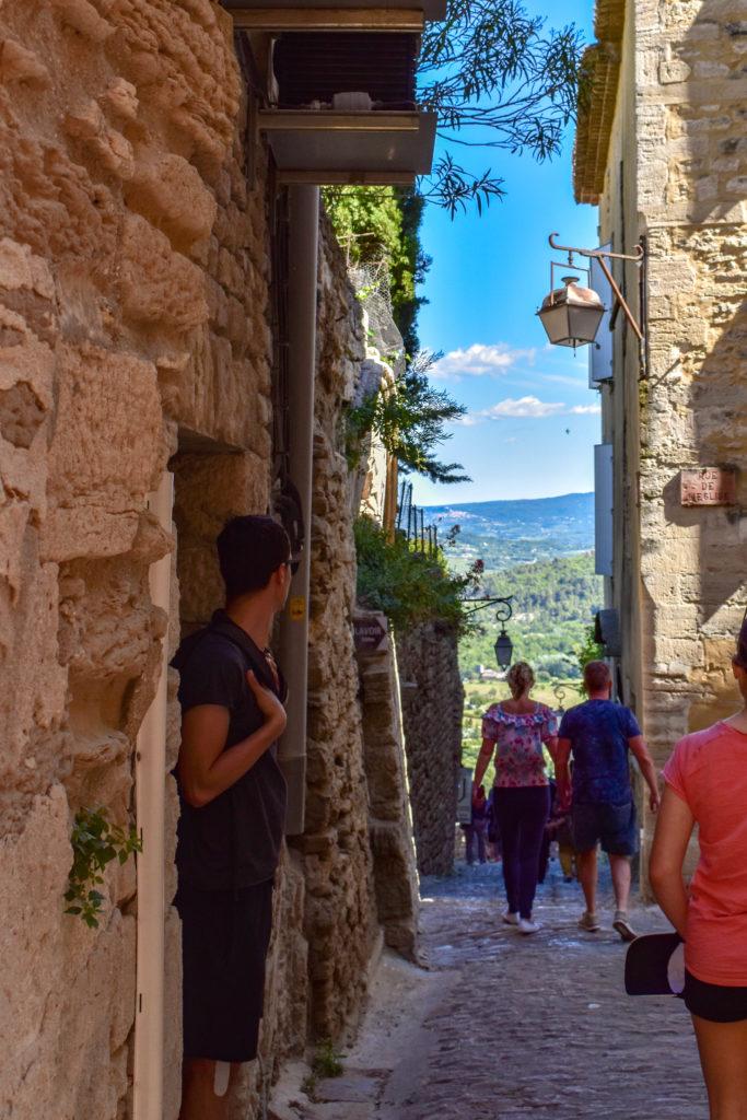 Les ruelles aux murs de pierres de Gordes